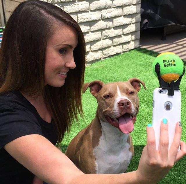 Een selfie nemen met je hond wordt een makkie door deze uitvinding